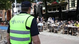 Een agent kijkt naar de terrassen in Enschede