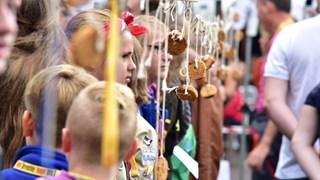 Het wereldrecord koekhappen in Deventer in beeld