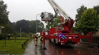 Brandweer zet hoogwerker in