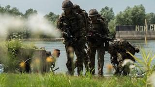 Binnenkort in Overijssel: gewapende militairen en pantserwagens