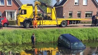Berger takelt auto op het droge