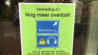 Actievoeren in Bathmen; pamflet aan het raam van Cultuurhuus Braakhekke