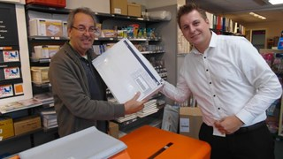 Eelco Nikkels (r) van de BvB overhandigt de enveloppe met 535 zienswijzen bij het postagentschap