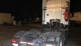 Persoon overleden na botsing met vrachtwagen