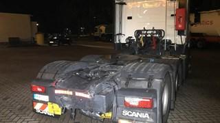 Schade aan de achterkant van de vrachtwagen die in beslag is genomen