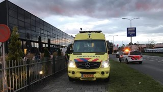 De bestuurder van de scooter is met letsel naar het ziekenhuis gebracht