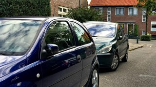 Jongen trapt spiegels van auto