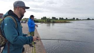 Ruim honderd Duitse vissers hengelen een weekendje in de IJssel