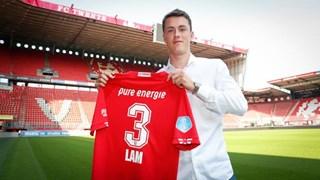 Lam met zijn nieuwe shirt