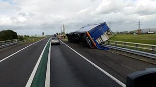 Vrachtwagen kantelt op N50 bij Kampen