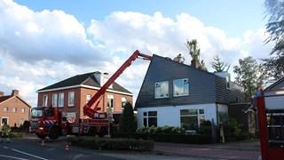 Boom valt op woning in Zenderen