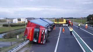 Berging gekantelde vrachtwagen begonnen