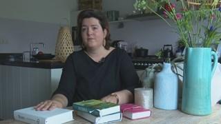 Hanneke Steen leest de bijbel alleen als ze in de kerk is