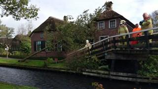 Bomen waaien om in Giethoorn