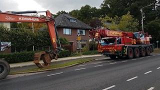 Zwaar materieel aanwezig om boom van huis te halen