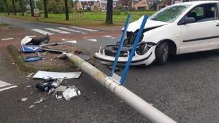 Automobilist rijdt lantaarnpaal om in Enschede