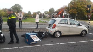 Scooter botst op auto in Almelo