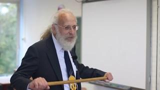 Oud-leraar Peter Smit ramt nog één keer met zijn houten stok op tafel