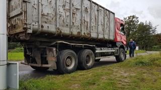 Gekantelde vrachtwagen weer rechtop gezet