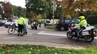 Een fietsster is met spoed naar het ziekenhuis gebracht