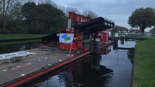 Het nieuwe brugdek voor vertrek in Aadorp
