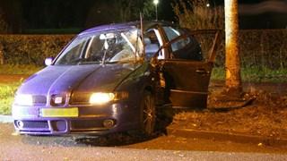 Automobilist botst op boom in Nijverdal