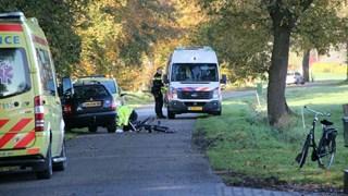 Jongen (8) raakt bekneld onder auto in Wijhe en is met traumahelikopter naar ziekenhuis gebracht