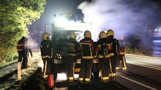Brand onder motorkap busje bij Holten