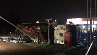 Vrachtwagen met schroot kantelt in Staphorst