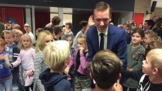 Wethouders Enschede praten op scholen over respect