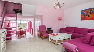 Compleet roze 'barbiehuis' staat te koop