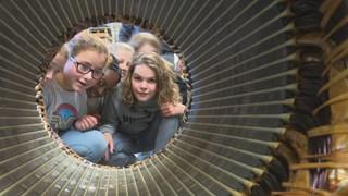 leerlingen inspecteren een spoel uit een eletromotor