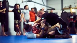 Christiaan Ballast en Roy van der Wal geven MMA-training in Oldenzaal