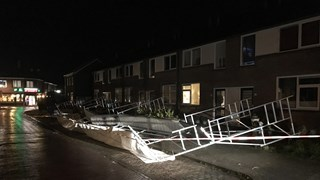 Steiger waait op auto's in Oldenzaal