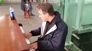 Onbekende pianist steelt de show op station Zwolle