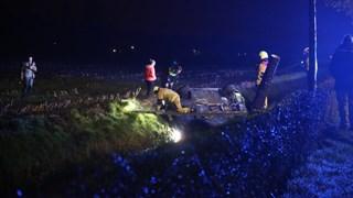 Auto belandt in de sloot in Vriezenveen, passagier gewond naar ziekenhuis (UPDATE)