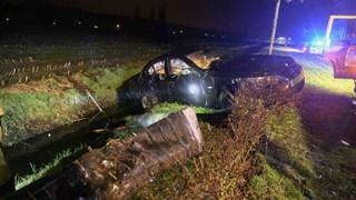 Auto belandt in de sloot in Vriezenveen, passagier gewond naar ziekenhuis