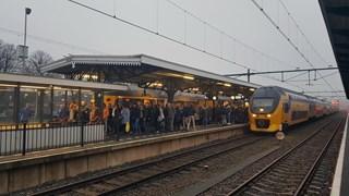 Trein op station Meppel staat stil