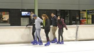 Studenten van de UT schaatsen samen met vluchtelingen