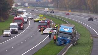 Lange file A35 door van de weg geraakte vrachtwagen