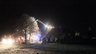 Brandweer inspecteert dak in Haarle met hoogwerker