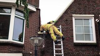 Brandweer druk met kat in spouw tussen twee woningen in Oldenzaal