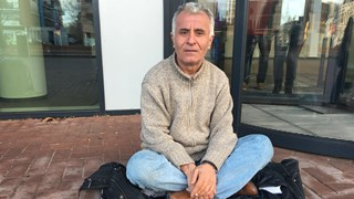 Meneer Bektas in hongerstaking voor het gemeentehuis in Almelo