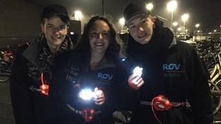 Het promotieteam van ROV Oost Nederland met de gratis fietslampjes