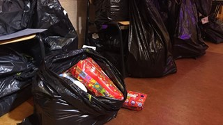 Zakken vol cadeautjes voor kinderen van de Voedselbank Raalte