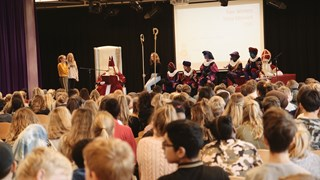 Sinterklaas kreeg de kinderen aan het lachen op de Van der Capellen in Zwolle