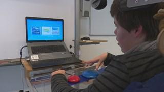 Madelon werkt zelfstandig op de computer dankzij de Twist-App