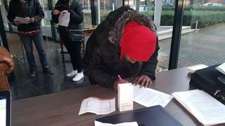 Smartphones uitgedeeld in Enschede