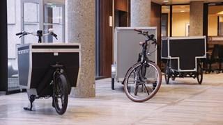 De vrachtfietsen staan opgesteld in het Zwolse gemeentehuis