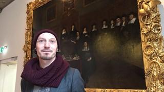 Patrick Mangnus voor de historische Magistraat van Gerard ter Borch